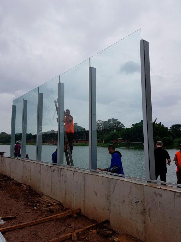 Novo muro da USP uma grande cortina de vidro, alumínio e concreto